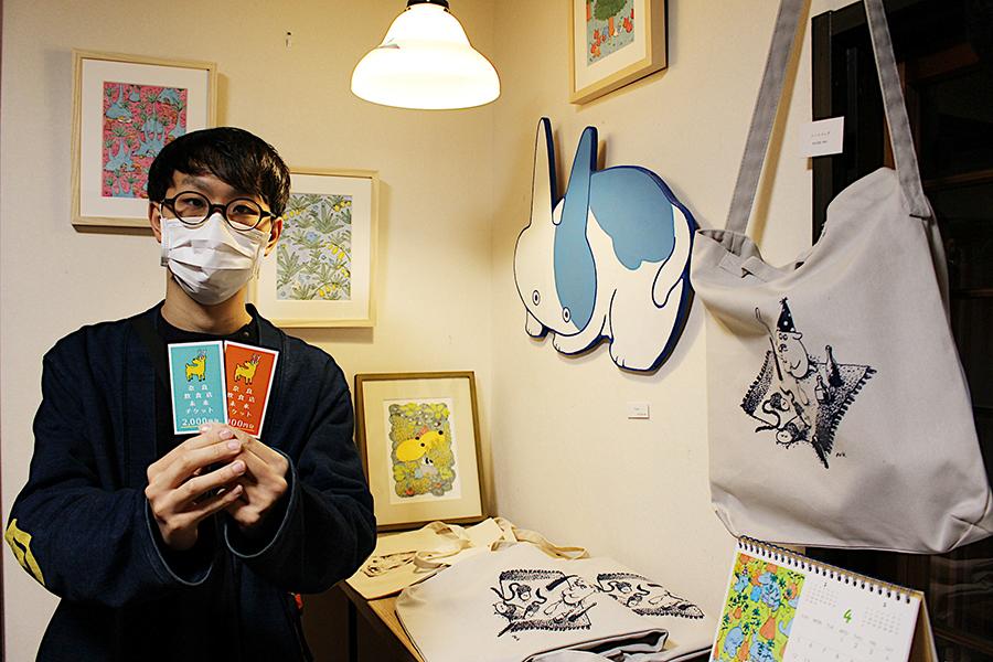 プロジェクトを立ち上げた画家の日高直人さん(日高さんのギャラリー『一風(いっぷう)』にて撮影)