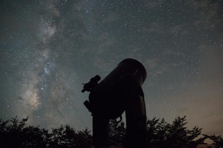 通常はおおきな望遠鏡で星を見る