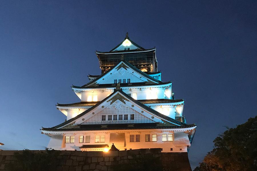 14日は、医療従事者に感謝の思いを伝える青色にライトアップされた大阪城