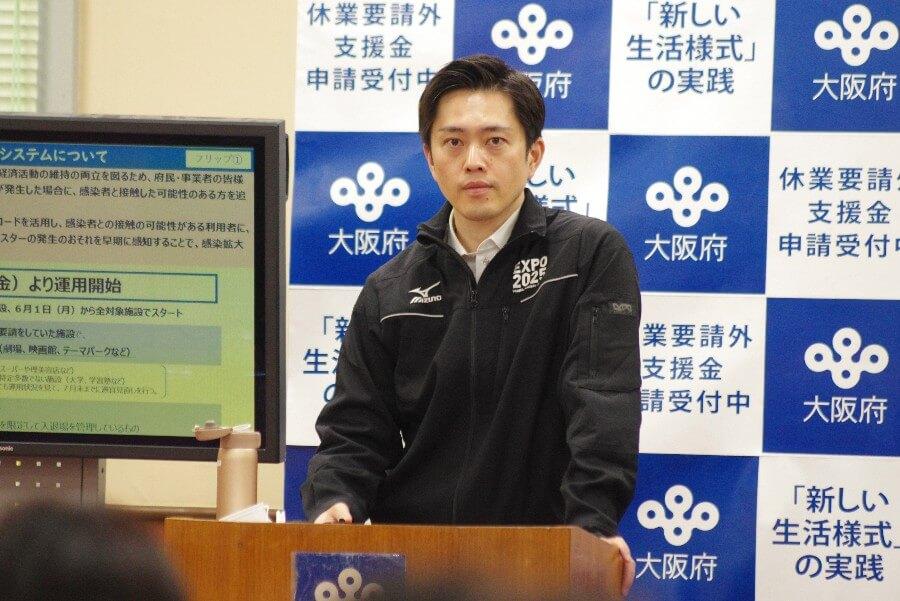 「大阪コロナ追跡システム」について説明する吉村知事(5月27日・大阪府庁)