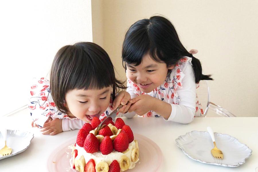「ポアール」のケーキ手作りキット「OUCHI de CAKE」。特製のスポンジケーキにクリームを塗って好きなフルーツをトッピング