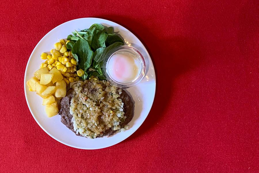 ディアボラ風ハンバーグは温玉付き。黄身を絡めて食べるとまたごちそう感アップ!