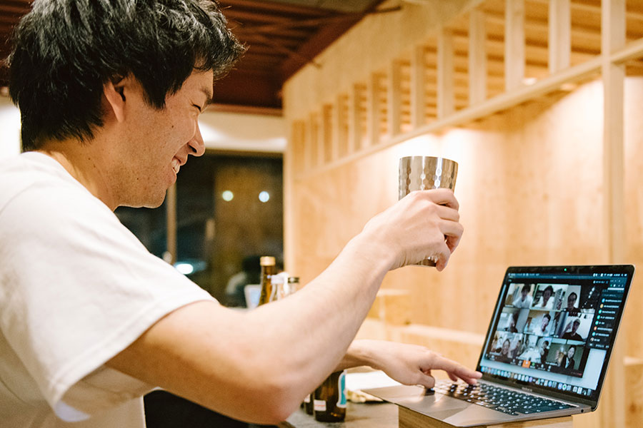 宿泊客たちと乾杯する「WhyKumano Hostel&Cafe Bar」のオーナー