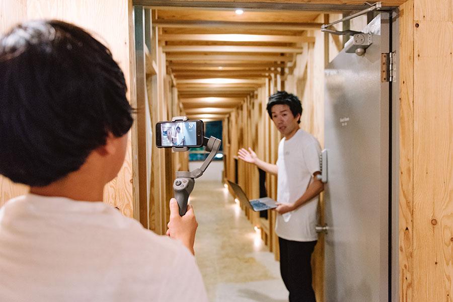 「WhyKumano Hostel&Cafe Bar」でのオンライン宿泊で宿のなかを案内してくれるオーナー
