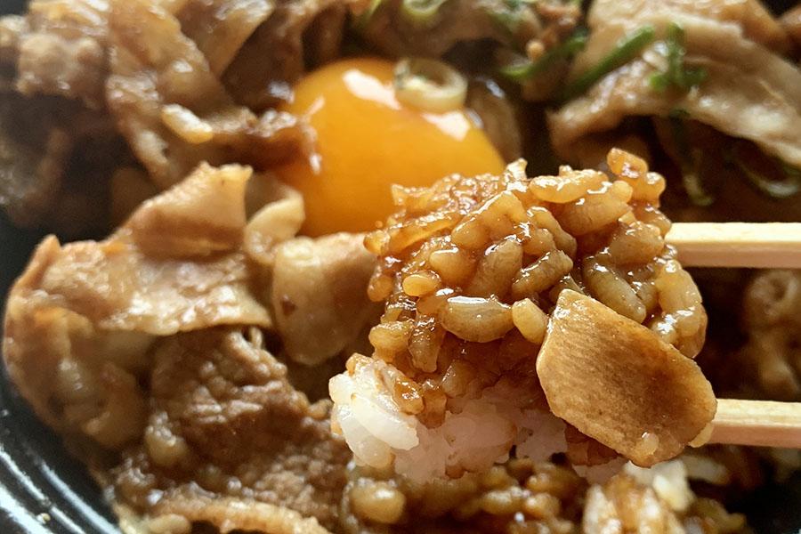 こってりとしたタレが染みたご飯がまたうまい! これをおかずにプレーンな白飯を食べたい