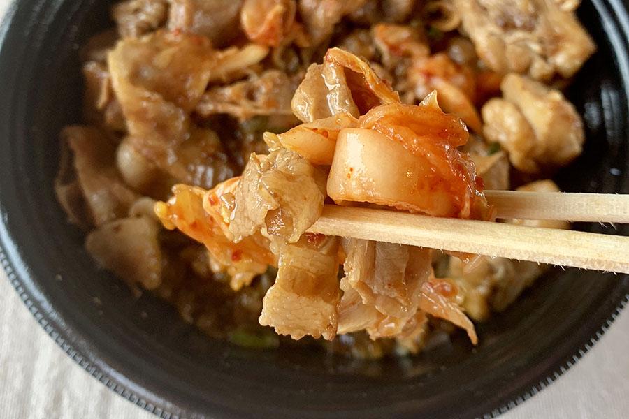 吉野家のキムチは細かくカットされているので丼にのせて食べやすい
