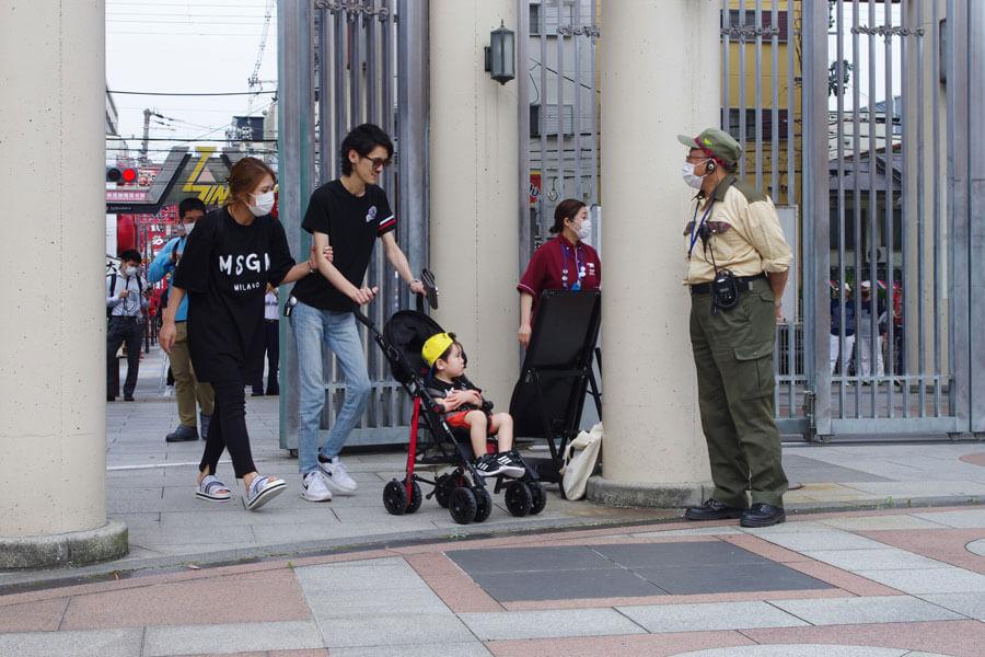 入園する人たちにあいさつする天王寺動物園の牧園長(5月26日・天王寺動物園)