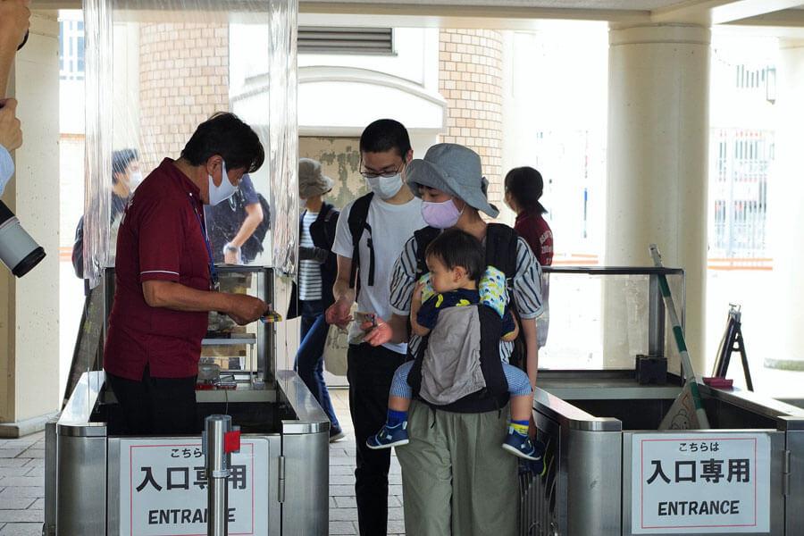 入場ゲートには、飛沫による感染を防ぐため透明なビニールシートが張られた(5月26日・天王寺動物園)