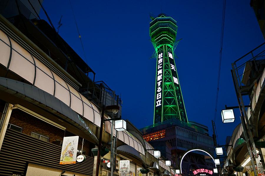 緑色にライトアップした「通天閣」(14日・大阪市浪速区)