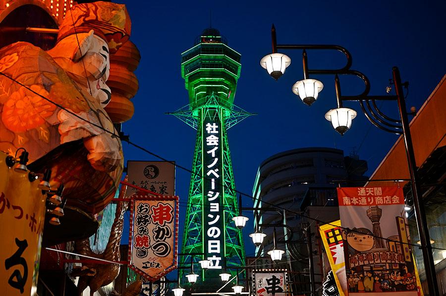 この日初めて緑色にライトアップされた「通天閣」(5月14日・大阪市浪速区)写真/バンリ