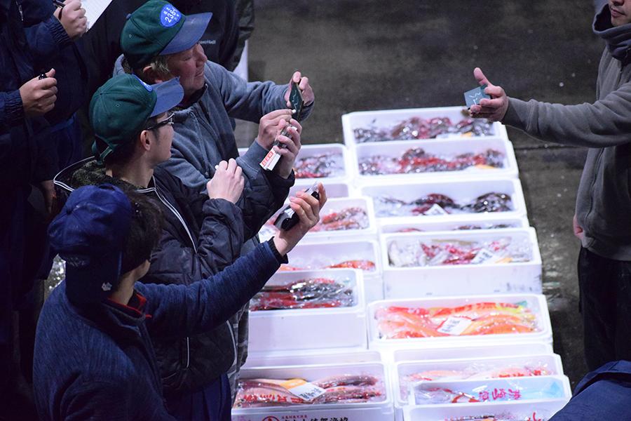 活気あふれる魚市場からの魚介が楽しめる「オサカナト」