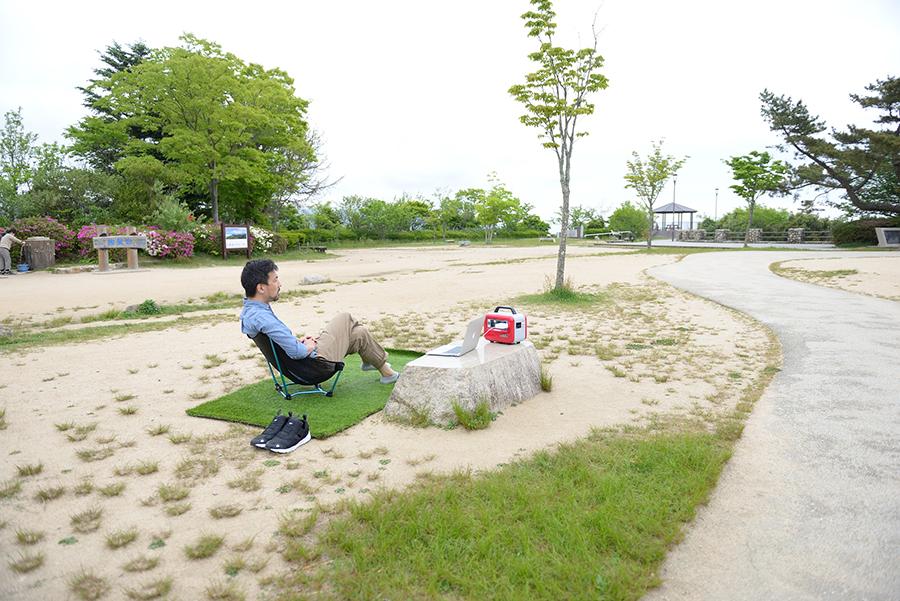 座りやすい椅子を選ぶか、靴を脱げる芝マットを選ぶかが迷いどころ。取材では特別に両方を使用
