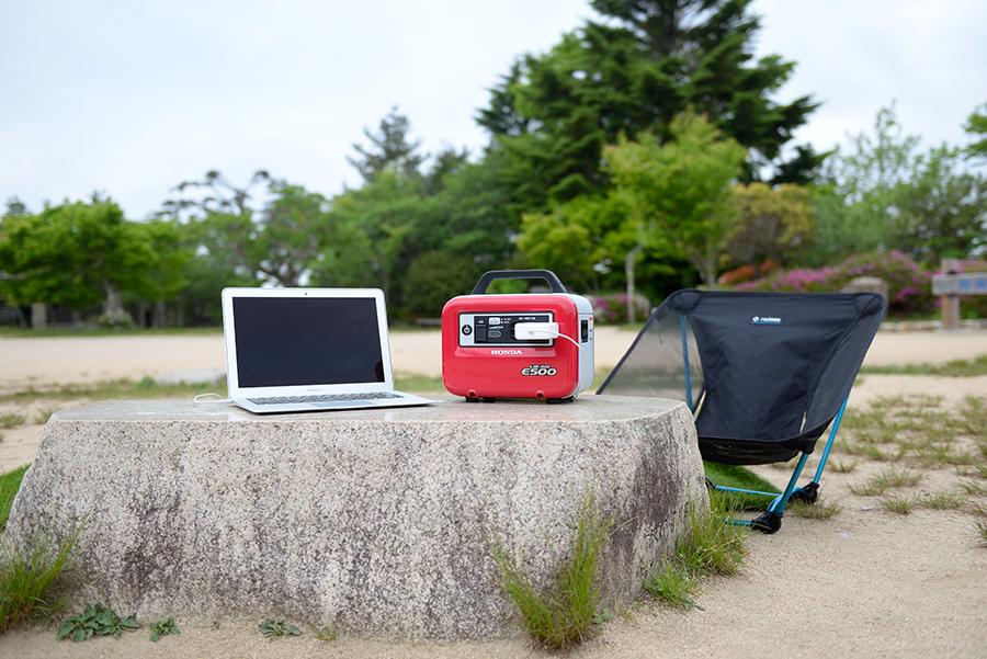 公園のベンチをテーブルに、即席のデスクが完成。持ち運べるミニテーブルを持っていくのもあり