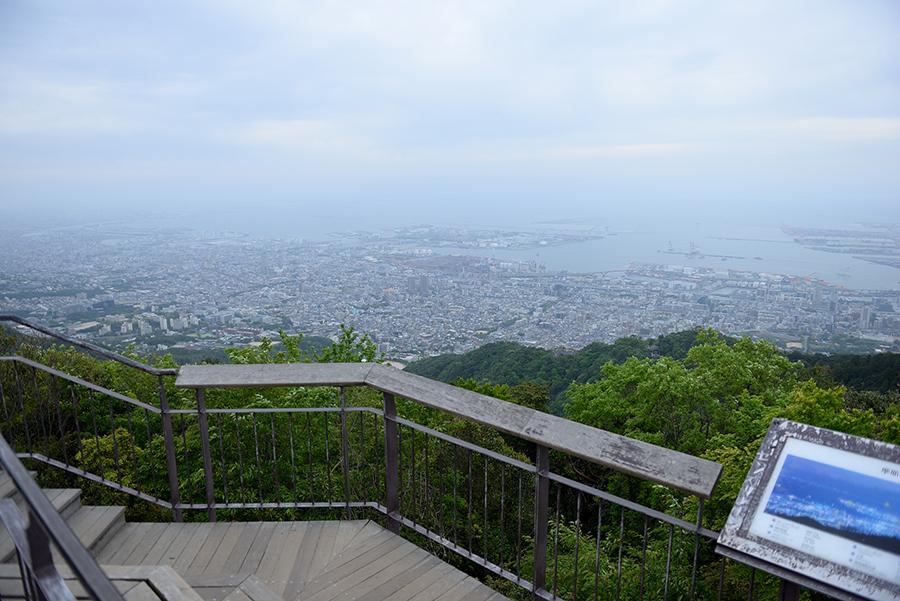 なだらかではなく急に標高が上がる摩耶山の形状が、街に手が届きそうに近く感じる絶景を作る