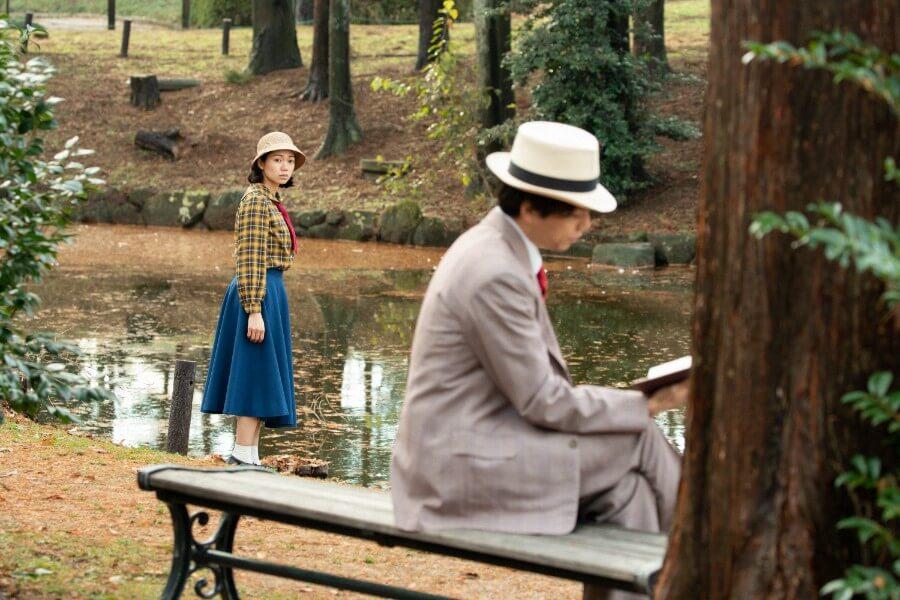 歌の練習に励む音(二階堂ふみ)と、彼女にアドバイスする謎の男(山崎育三郎)(C)NHK