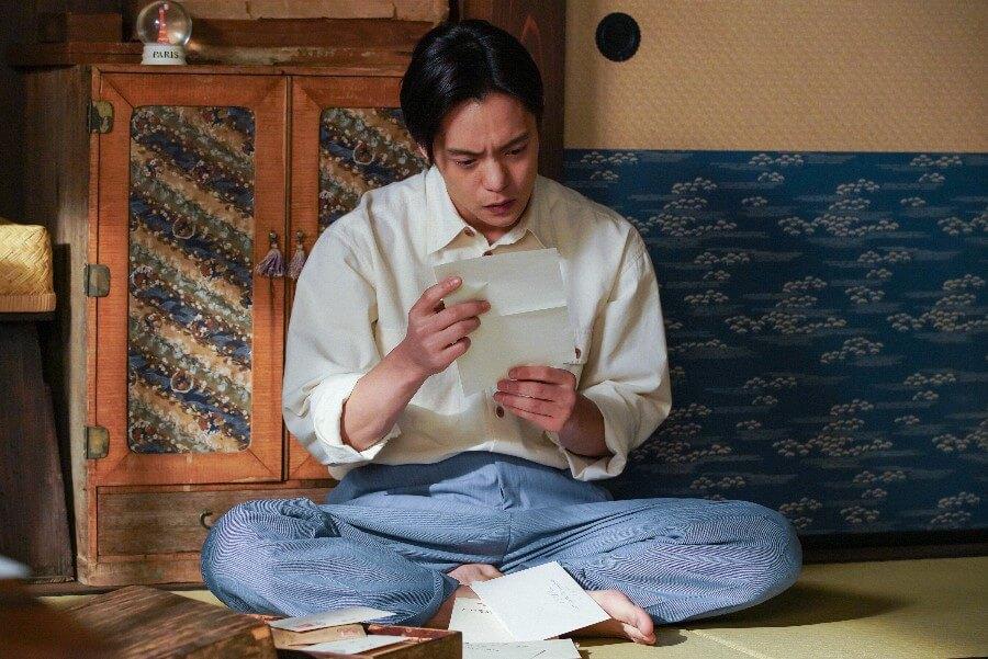 第27回より、ある手紙を読み愕然とする裕一(窪田正孝)(C)NHK