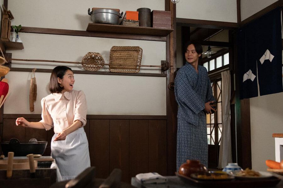 新婚生活を始めた裕一(窪田正孝)と音(二階堂ふみ)(C)NHK