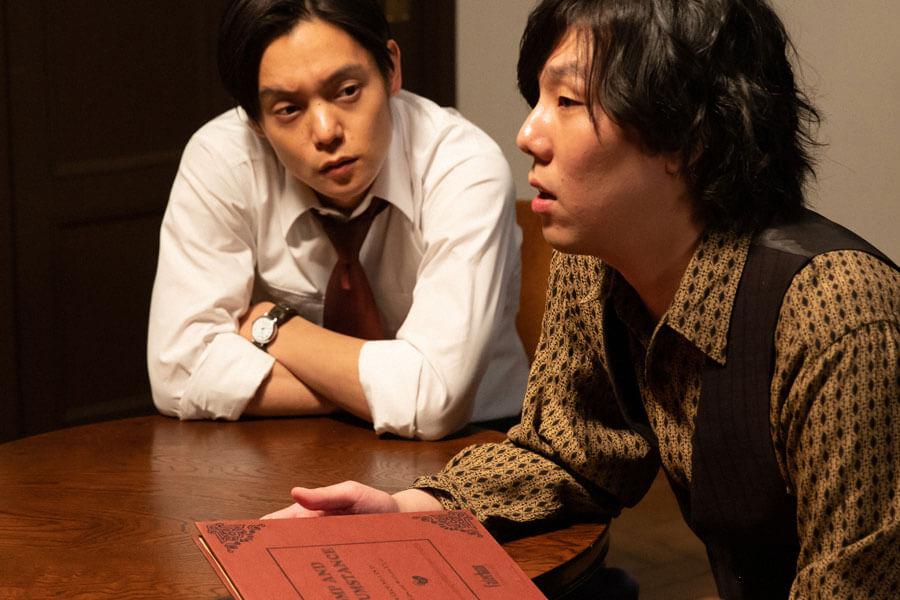 自宅に招いた木枯(野田洋次郎)と語り合う裕一(窪田正孝)(C)NHK