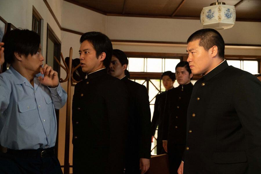 自宅にやってきた応援団に圧倒される裕一(窪田正孝)(C)NHK