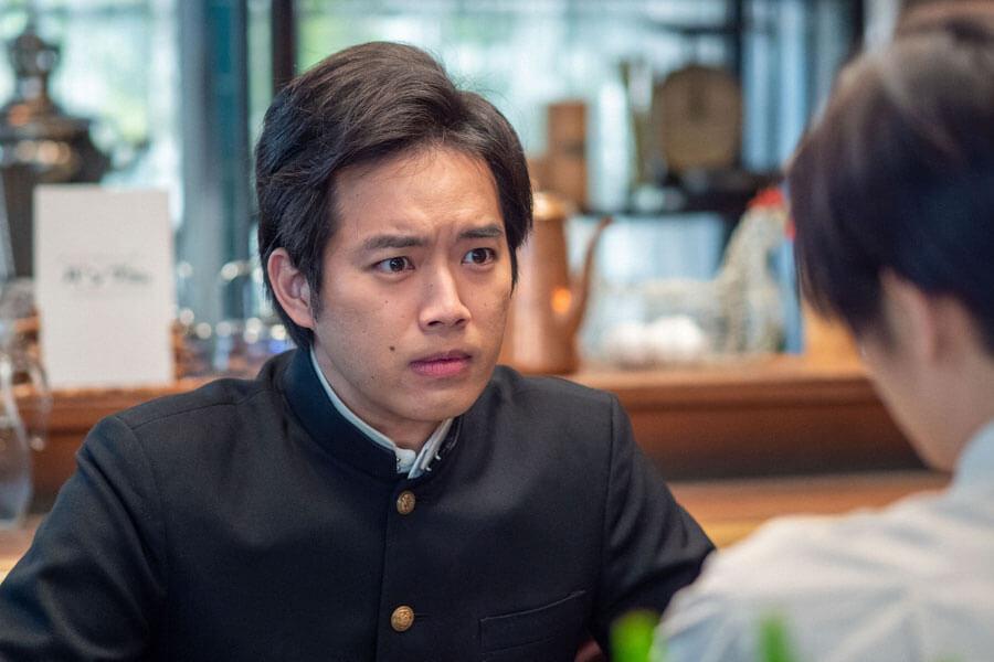 裕一と話す早稲田の応援団長・田中(三浦貴大)(C)NHK