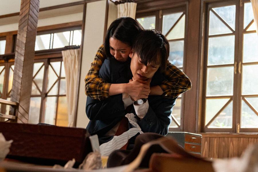 裕一(窪田正孝)を抱きしめる音(二階堂ふみ)(C)NHK