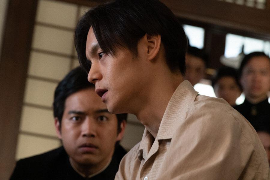 応援団長・田中(三浦貴大)と裕一(窪田正孝)(C)NHK