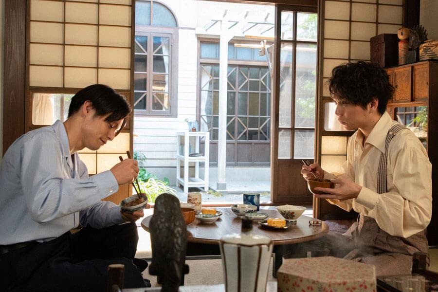 裕一(窪田正孝)と食事を摂る久志(山崎育三郎)(C)NHK