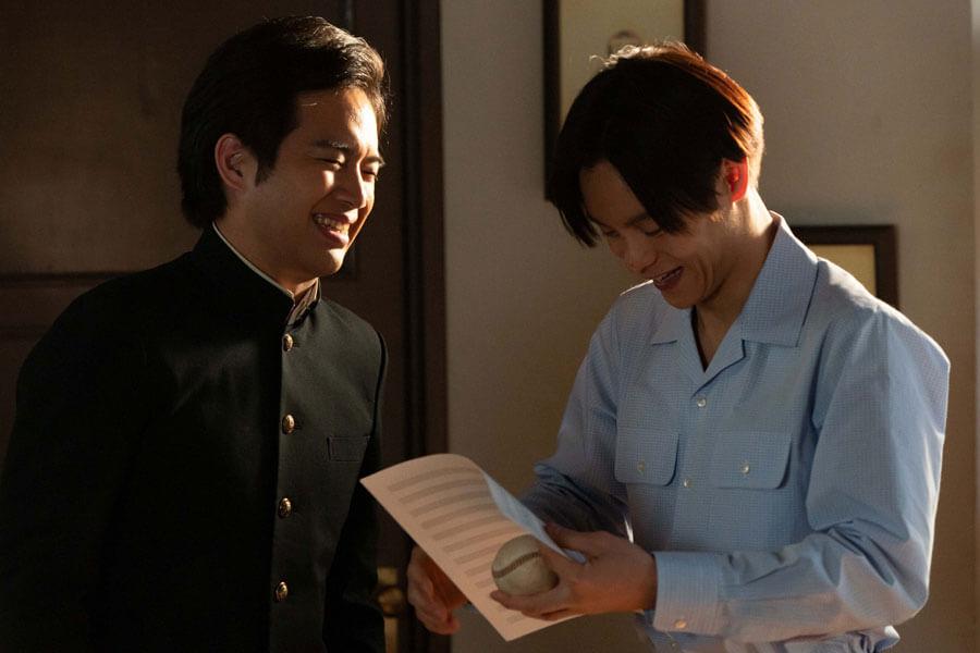 第40回より、笑い合う応援団長の田中(三浦貴大)と裕一(窪田正孝)(C)NHK
