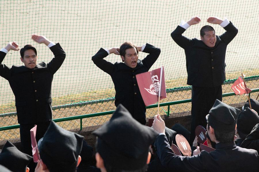 応援する早稲田応援部の団員たち(C)NHK