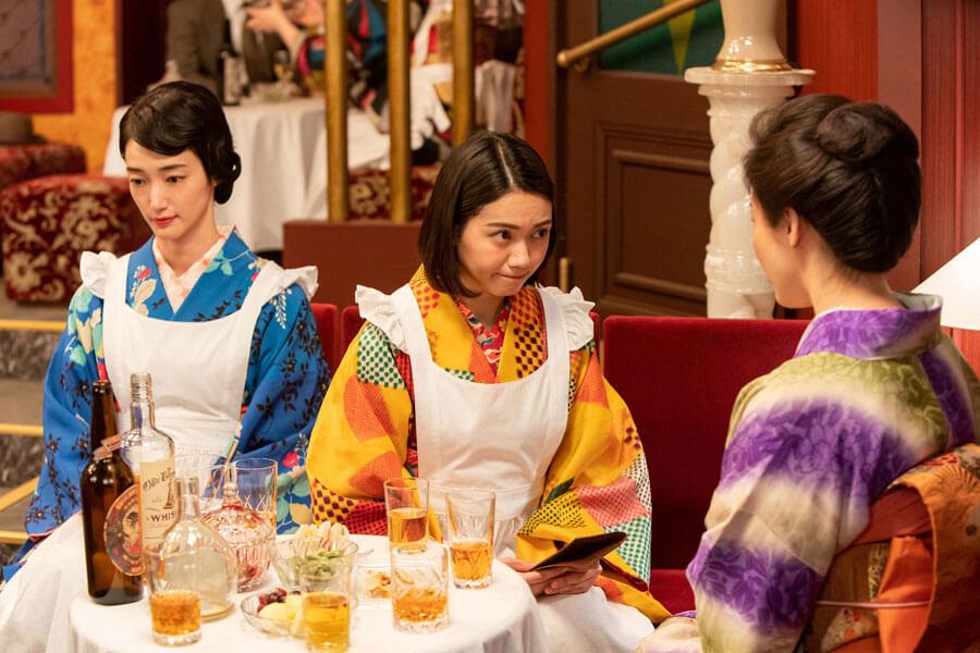 男女の心情を学ぶためにある場所で働く音(二階堂ふみ)(C)NHK