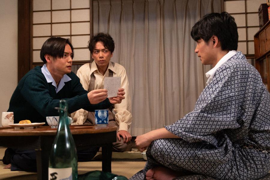 第44回より、鉄男(中村蒼)からあるものを受け取った裕一(窪田正孝)(C)NHK