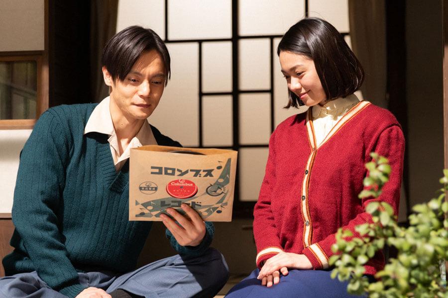 あるレコードを見つめる裕一(窪田正孝)と音(二階堂ふみ)(C)NHK