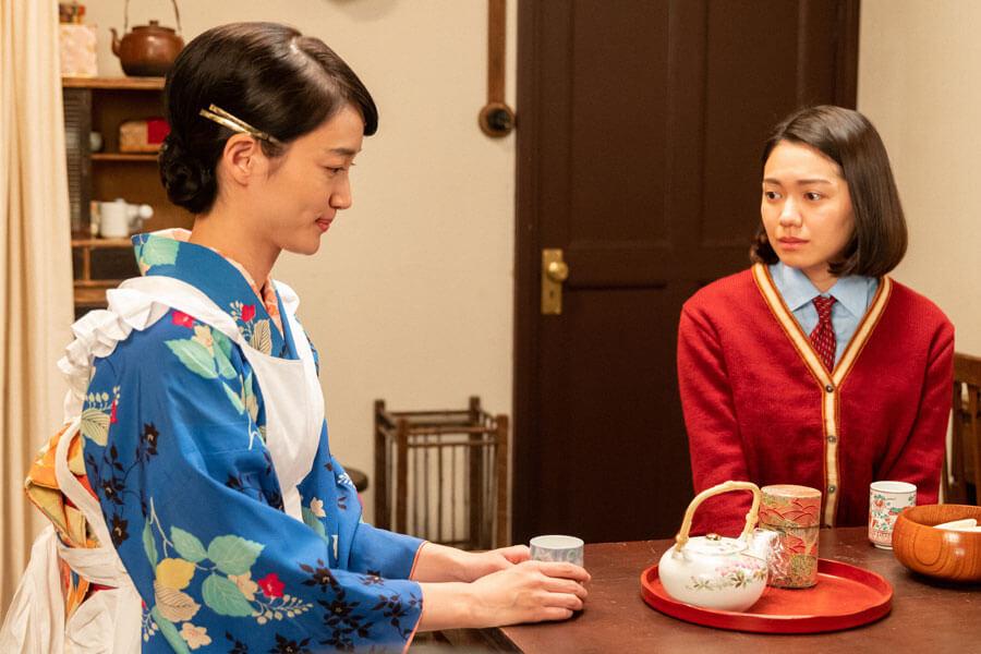 希穂子(入山法子)の話を聞く音(二階堂ふみ)(C)NHK