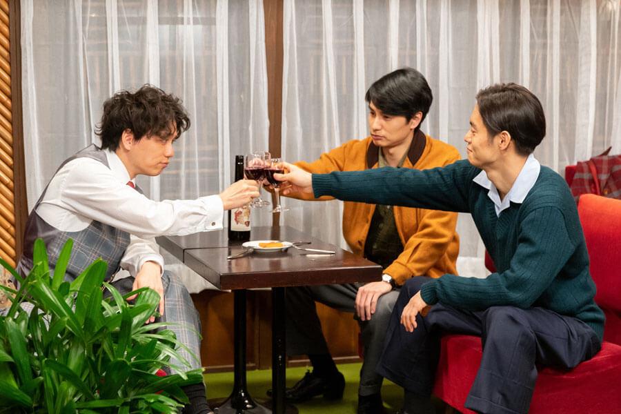 乾杯する久志(山崎育三郎)、鉄男(中村蒼)、裕一(窪田正孝)(C)NHK