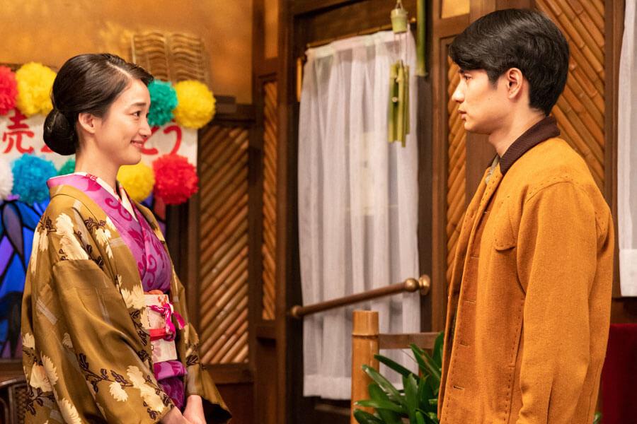 お祝いパーティーに訪れた希穂子(入山法子)と見つめ合う鉄男(中村蒼)(C)NHK