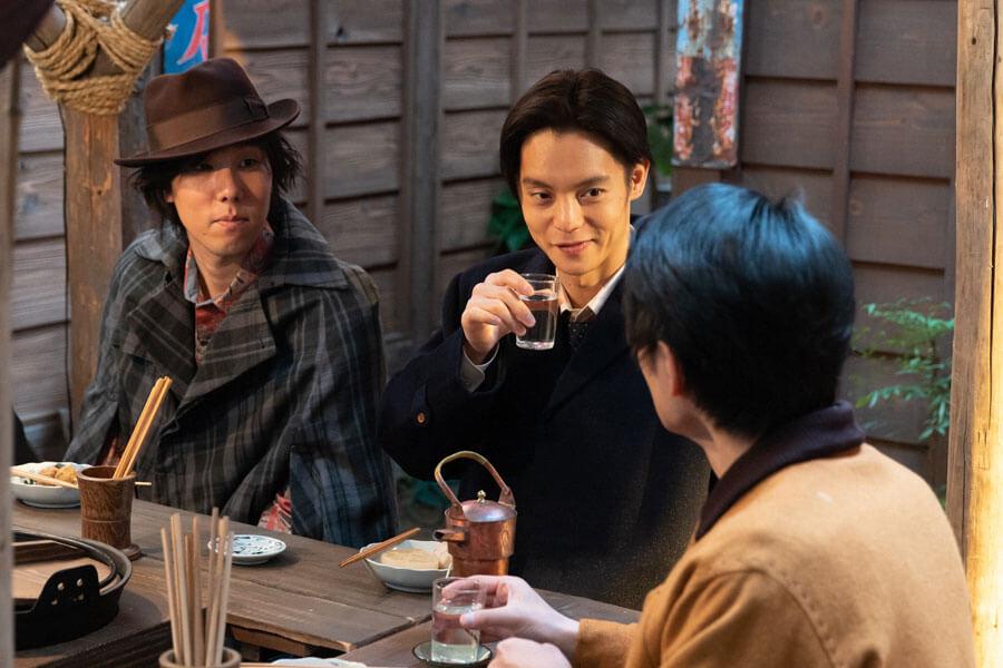 おでん屋で酒を交わす木枯(野田洋次郎)、裕一(窪田正孝)、鉄男(中村蒼)(C)NHK