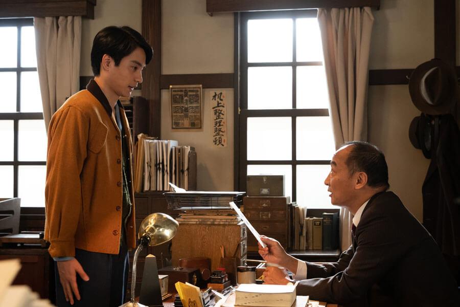 第42回より、務める新聞社に休暇届を出す鉄男(中村蒼)(C)NHK