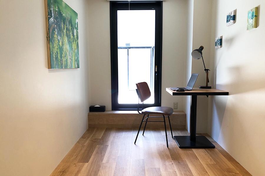 ベッドを移動して、デスクとイスを準備した客室。アーティスト100人がアートワークを手掛け、部屋ごとにデザインが異なるのも魅力
