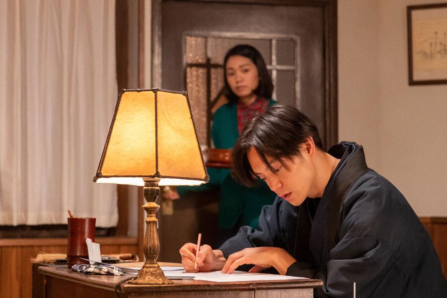 高梨の詞にメロディーをつける裕一(窪田正孝)(C)NHK