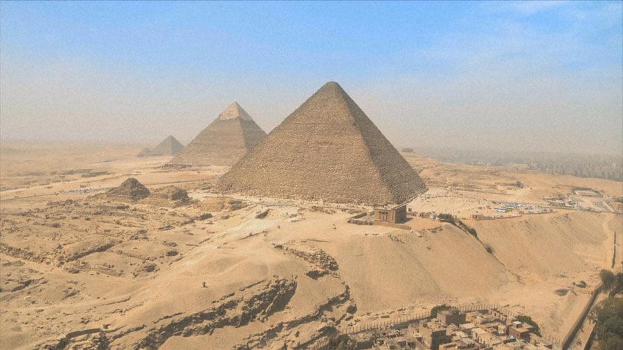 ギザの三大ピラミッド(C)NHK