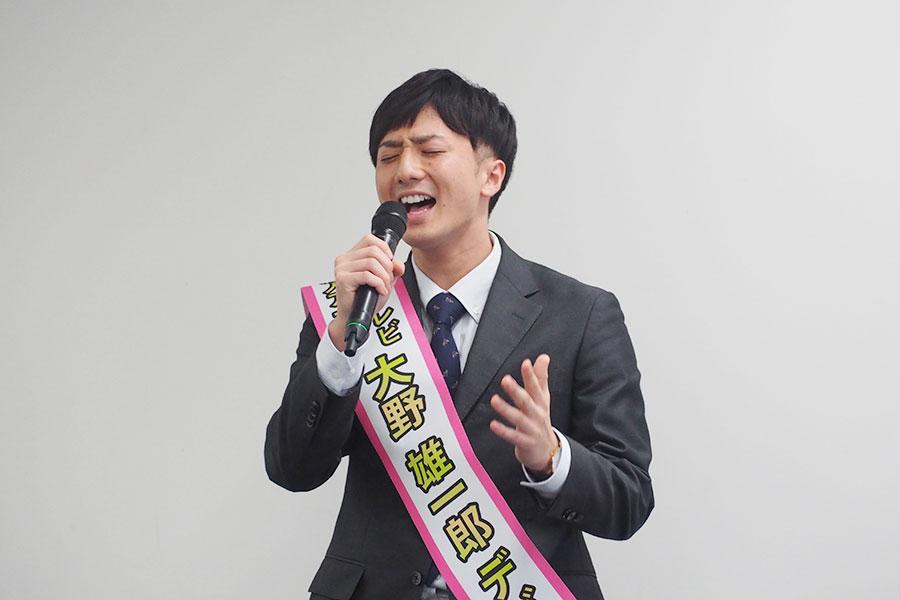関ジャニ∞の『大阪ロマネスク』を熱唱する大野雄一郎アナウンサー(29日・ABCテレビ)