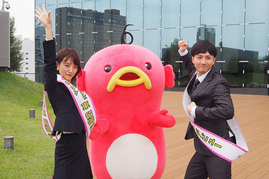 サンバのポーズを決める東留伽アナウンサー(左)、大野雄一郎アナウンサー(29日・ABCテレビ)