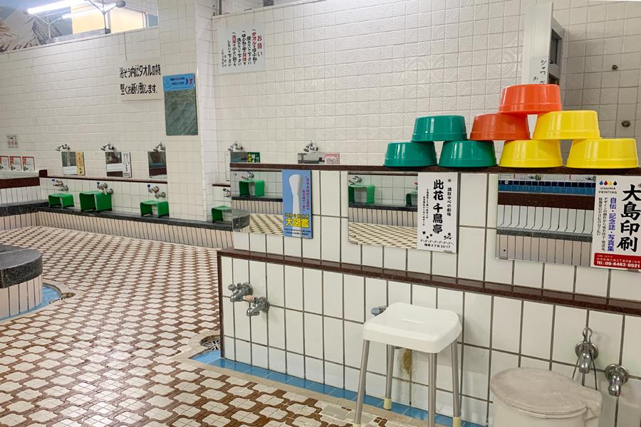 すべての鏡に広告が! 大阪の「千鳥温泉」