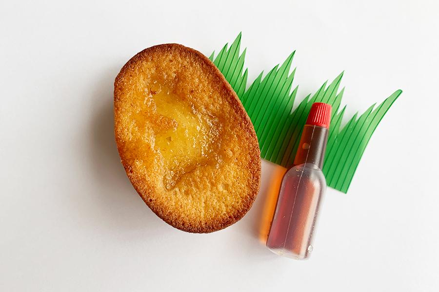 コロッケに見立てレモンのマドレーヌはソース容器に入ったカラメルソースをかけて味変を楽しむことも