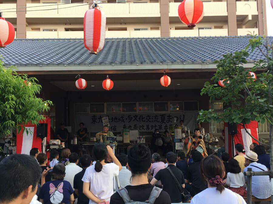 地域との交流イベントのひとつ、『東九条夏祭り』での茂山あきら・茂山千之丞による狂言の様子(2017年8月)