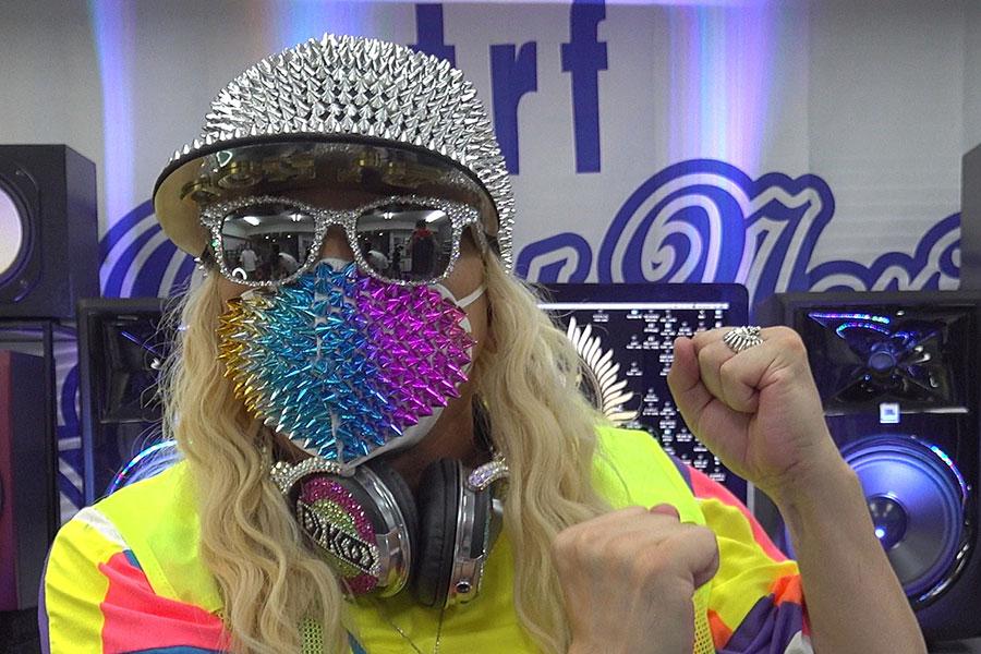 スタッズマスクなど奇抜なマスクを披露するDJ KOO(動画より)