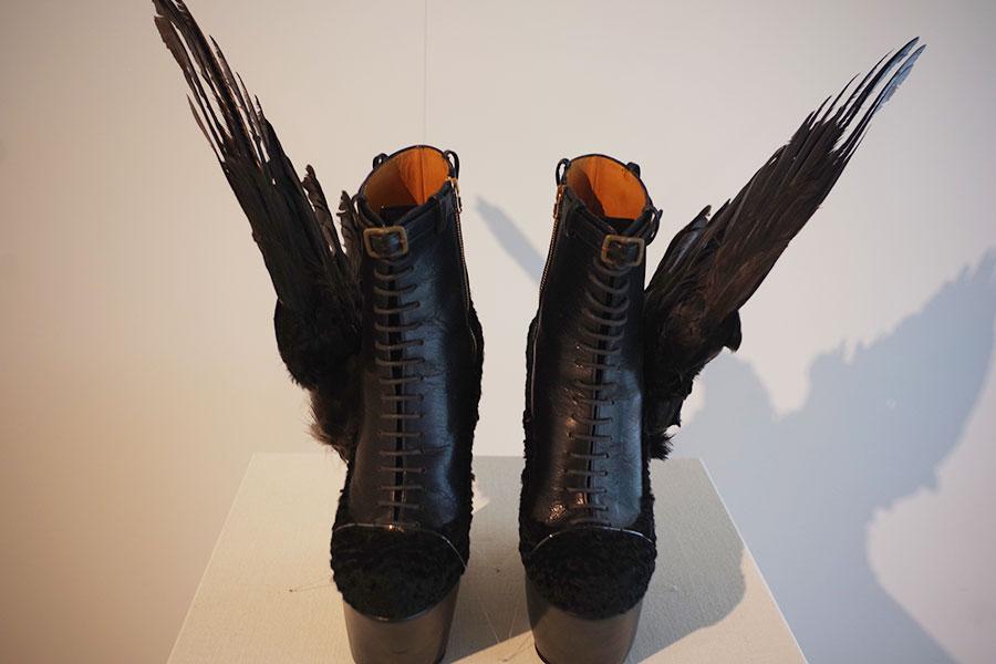 若冲をリスペクトするアーティスト、串野真也さん作。レディー・ガガ着用した靴「Stairway to Heaven A」も別室にて展示