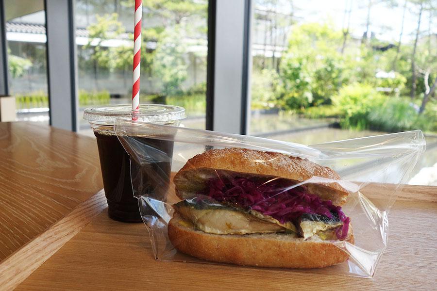 人気店「パンとエスプレッソと」が美術館内に出店。アイスコーヒー450円、サバサンド650円