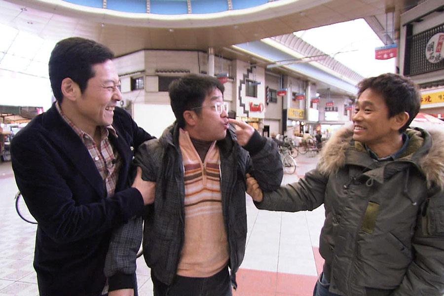 トミーズ健おススメのお店に向かう3人(写真提供:MBS)