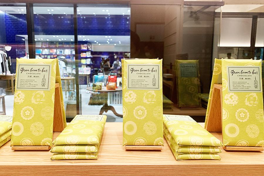 和紙に家紋のようなデザインをあしらった京都限定「羅臼昆布」。京都府の象徴であるオオミズナギドリが潜んでいる